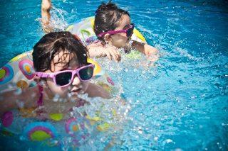 zwembadomgeving kind
